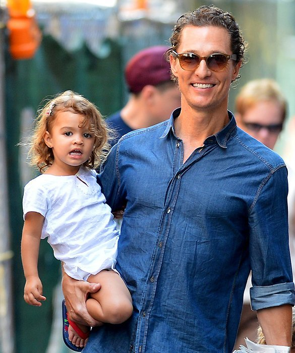 6-25225-cute-family-alert-matthew-mcconaughey-spends-the-day-out-a-1353090523
