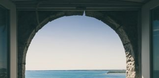 arched-window-architecture-beach-cliff-572780