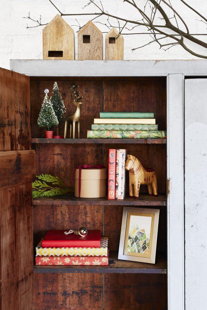 best christmas porch decoration ideas outdoor Christmas cabinet momooze.com online magazine for modern moms