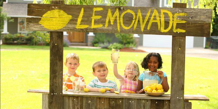 kids money lesson lemonade stand momooze.com