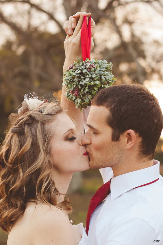 ultimate winter wedding inspiration kiss under the mistletoe wedding ideas momooze.com online magazine for moms
