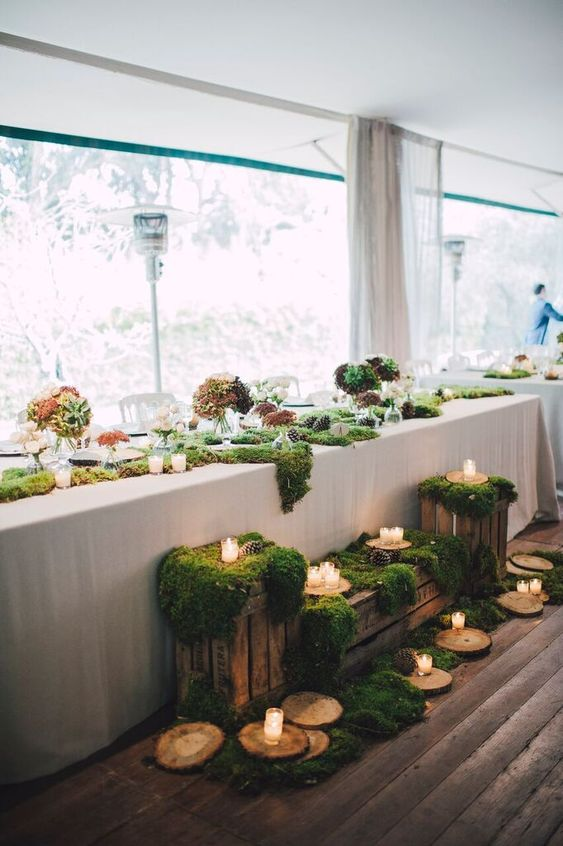 ultimate winter wedding inspiration wedding table decoration moss round wood slabs momooze.com online magazine for moms